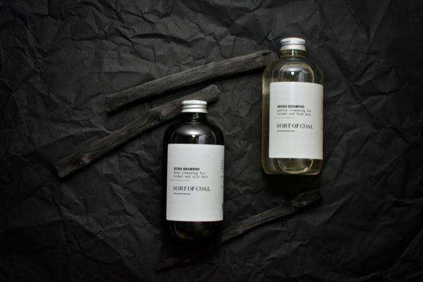 Aktivkohle Shampoo und Wasser